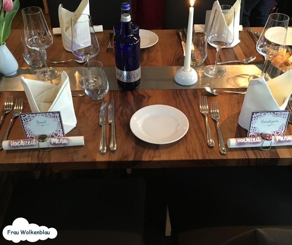 gedeckte Hochzeitstafel mit Hochzeitstischkärtchen